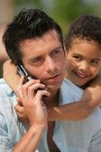 メティスの小さな男の子と電話で男 — ストック写真