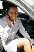 Empresaria se sentó en el coche con el móvil — Foto de Stock