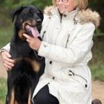 女性は彼女の犬の散歩 — ストック写真