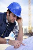 在站点上工作的男性建筑师 — 图库照片