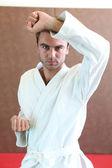 Mann stand tragen kampfsport bekleidung in verteidigung haltung — Stockfoto