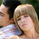 Мужчина и женщина спина к спине — Стоковое фото