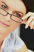 Elegante mujer que llevaba gafas — Foto de Stock