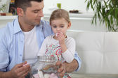 Dad and his daughter eating marshmallows — Stock Photo