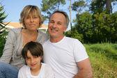 彼らの庭で家族の肖像画 — ストック写真