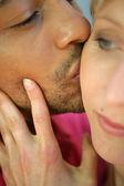 Un hombre besando a su esposa — Foto de Stock