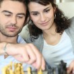 Couple playing chess — Stock Photo