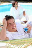 Einen drink am pool — Stockfoto