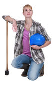 A kneeling tradeswoman holding her head up high — Stock Photo