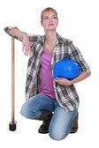 Um tradeswoman ajoelhado segurando sua cabeça erguida — Fotografia Stock