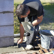 Foto Stock: Mason with trowel and cement