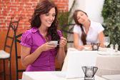Dvě ženy v restauraci — Stock fotografie