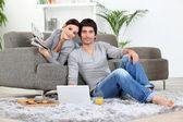 Evde rahatlatıcı çift — Stok fotoğraf