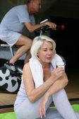 Žena vypila sklenici vody během cvičení — Stock fotografie