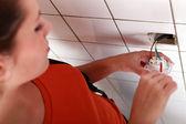 Mladá žena elektrikář v práci — Stock fotografie