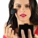 Brunette applying blusher — Stock Photo