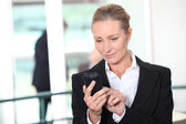 Mujer marcar número de teléfono — Foto de Stock