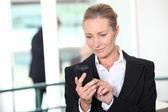 Mulher discando o número de telefone — Foto Stock