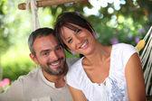 Couple assis dans le hamac — Photo