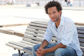 Hombre se sentó en el banco — Foto de Stock