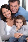 Leende föräldrar och deras lilla flicka — Stockfoto