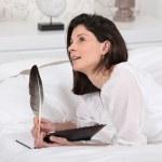 vrouw schrijven in haar dagboek — Stockfoto