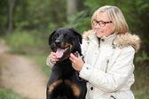 带她的狗散步的女人 — 图库照片