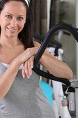 Kvinna tar en paus på gymmet — Stockfoto