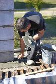 Pedreiro com espátula e cimento — Foto Stock