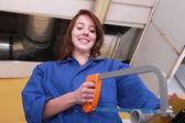 Vrouw met behulp van een metaalzaag — Stockfoto