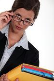 Uważny kobieta wpatrując się w jej okulary — Zdjęcie stockowe