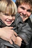 Vader en zoon verlijmen buitenshuis — Stockfoto