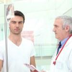 arts het verzorgen van een patiënt — Stockfoto