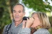 муж и жена наблюдение за птицами в лесу — Стоковое фото