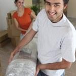 Пара, перевозящих ковер — Стоковое фото