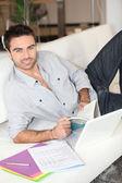 Mannen hemma studera — Stockfoto