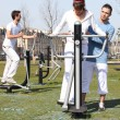 Young using an outdoor gym — Stock Photo