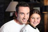 Vader en dochter thuis — Stockfoto
