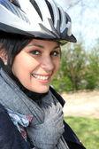Ung kvinna i en cyklist hjälm — Stockfoto