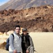 Couple of hikers in desert landscape — Stockfoto