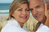 Couple enjoying a relaxing holiday by the seaside — Stock Photo