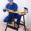 Plumber cutting copper pipe — Stockfoto