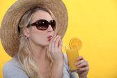 Kvinna dricka apelsinjuice — Stock fotografie