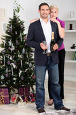 A couple enjoying champagne at Christmas. — 图库照片