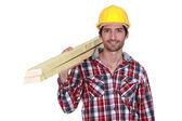 Detaljhandlare bära plankor — Stockfoto