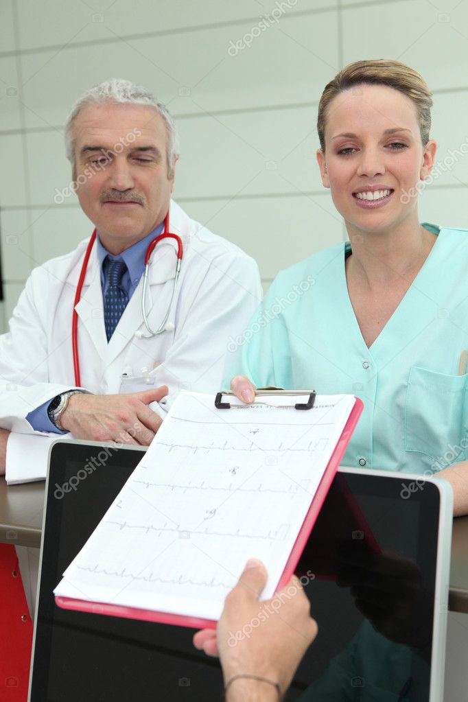 Doctor and nurse with a clipboard at reception — Lizenzfreies Foto #8926807