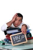 Büroangestellter mit einem schild um hilfe bitten — Stockfoto