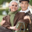 A mature couple on a bench. — Stock Photo