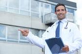 δείχνοντας έξω από το γιατρό — Φωτογραφία Αρχείου