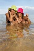 Twee vrouwelijke vrienden hebben een goede tijd op het strand — Stockfoto
